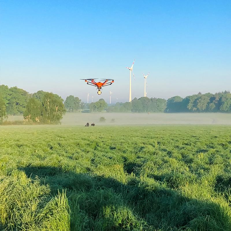 Drohne fliegt über Feld